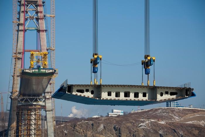 Смонтировано более половины руслового пролета моста на Русский
